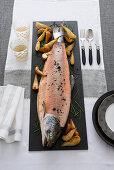 Pochierter Lachs mit gebratenen Birnen und Meerrettichsauce