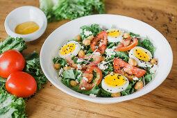 Endiviensalat mit Tomate, Ei und Kichererbsen