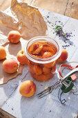 Eingelegte Aprikosen auf französische Art mit Lavendel