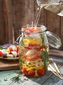 Eingelegte Mixed-Pickles-Spieße mit Rosmarin