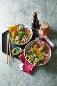 Sushi-Bowl mit Thunfisch, Reisbällchen und Avocado