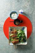 Japanische Yakitori-Spieße mit Sesamspinat
