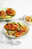 Chili-con-Carne-Potatoes mit Avocadosalat