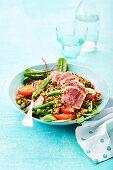 Grünkern-Nizzasalat mit rosa Thunfisch, Bohnen und Tomaten
