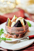 Baked figs with melted mozzarella in a Parma ham coating (Christmas)