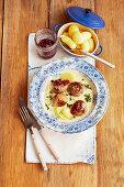 Hackbällchen mit Kartoffeln und Dill-Sahnesauce