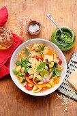 Minestrone mit Muschelnudeln und Pesto