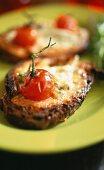 Röstbrot mit Ziegenkäse und Tomate