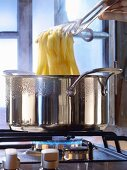 Bandnudeln in einem grossen Topf kochen