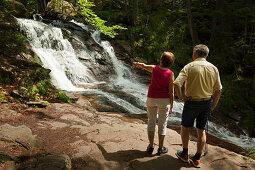 Paar an den Rissloch-Wasserfällen bei Bodenmais, Bayrischer Wald, Bayern, Deutschland