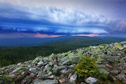 Gewitterwolken über dem Granit-Blockmeer am Gipfel des Lusen, Bayrischer Wald, Bayern, Deutschland