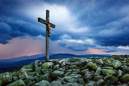 Gewitterwolken über dem Gipfelkreuz des Lusen, Bayrischer Wald, Bayern, Deutschland