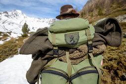 Jäger, Rucksack, winterliche Landschaft, Gebirge, Schnee, Südtirol, Italien, Alpen, Europa