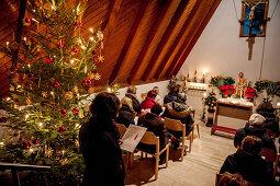 Abendandacht, Weihnachtsbaum, Christbaum, Frauentragen, katholisches Brauchtum, Weihnachtszeit, christliches Brauchtum, Geisenfeld, Bayern, Deutschland, Europa