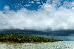 Gewitter über dem Hafen von Darwin während der Regenzeit, Darwin, Northern Territory, Australien
