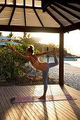 Yoga am Strand gehört zum Angebot im Lizard Island Resort, Lizard Island, Queensland, Australien