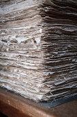 Pressung des Papiers, historische Papierherstellung in der Fundación San Lorenzo, Barichara, Departmento Santander, Kolumbien, Südamerika