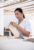 Arbeiterinnen erstellen diverse Artikel aus dem selbst hergestellten Papier, historische Papierherstellung in der Fundación San Lorenzo, Barichara, Departmento Santander, Kolumbien, Südamerika
