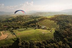 Paragliding im Outdoor Zentrum von San Gil, Departmento Santander, Kolumbien, Südamerika