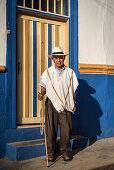 Porträt eines alten Mannes mit Stock und Hut vor kolonialem Haus, Salento, UNESCO Welterbe Kaffee Dreieck (Zona Cafatera), Departmento Quindio, Kolumbien, Südamerika