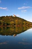 Blick über die Donau zur Wallfahrtskirche Mariä Himmelfahrt auf dem Bogenberg bei Bogen, Donau, Bayern, Deutschland