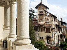Quartiere Coppede, Rom, Italien: Villino delle Fate, von einer Kolonnade aus gesehen