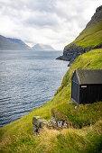 Blick auf ein Bootshaus von Mikladalur nach Süden auf die Inseln Kunoy und Bordoy, Mikladalur, Kalsoy, Färöer Inseln, Dänemark
