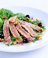 Rocket and spinach salad with tuna strips and olives