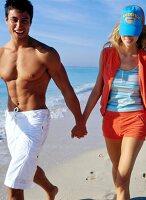 Verliebtes Paar geht am Strand spazieren