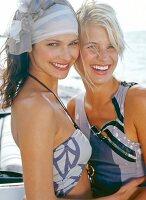 2 Frauen Kopf an Kopf lachen