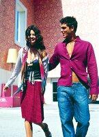 Paar sommerlich, lachen, gehen in der Stadt spazieren