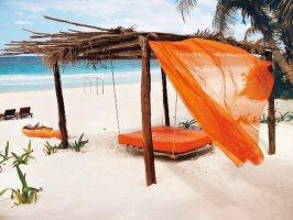 Himmelbett aus Holz am Strand, Vorhang, Matratze, orange, Mexiko