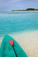 Boot mit Paddel am Strand, Insel Dhigufinolhu, Malediven