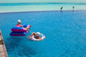 Zwei Kinder in einem Pool, Insel Dhigufinolhu, Malediven