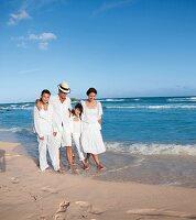 Familie am Strand, Spaziergang, Kleidung weiss, sommerlich