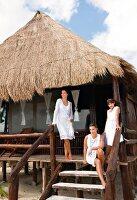 Strandhaus, Mutter mit Töchtern auf der Terrasse, Kleidung weiss