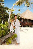 Strand, Mutter mit Sohn, Kleidung weiss, sommerlich, Blick seitlich
