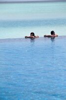 Person in Pool, Meerblick, Insel Dhigufinolhu, Malediven