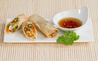 Spring rolls with prawns and a dip