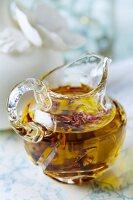Selbstgemachtes Badeöl mit getrockneten Rosenblättern für zarte Haut