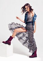 Frau in Kleid mit Leopardenprint, Jeansjacke und Springerstiefel