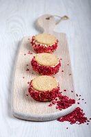 Shortcake-Erdbeereis-Sandwiches auf Schneidebrett