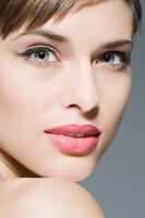 Geschminktes Gesicht einer jungen Frau