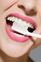 Junge Frau beim Zähne putzen