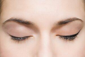 Frau mit geschlossenen Augen mit und ohne Lidstrich