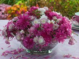 Gesteck aus rosa Herbstchrysanthemen in Küchensieb : 3/3
