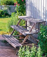Selbstgebaute Pflanzentreppe aus Holz
