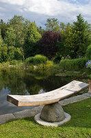Skulptur aus Granit und Holz am Schwimmteich