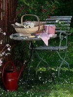 Tisch und Stuhl im Garten neben Weigelia 'Bristol Ruby' (Weigelie)