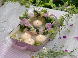 Kleiner Kranz aus Rosa (Rosen), Kamille (Matricaria chamomilla) und Minze